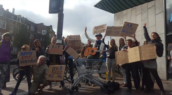 Actiegroep zet aanval in op plastic verpakkingen van supermarkten