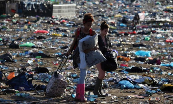 Glastonbury festival bans plastic bottles saving over 1.000.000 bottles