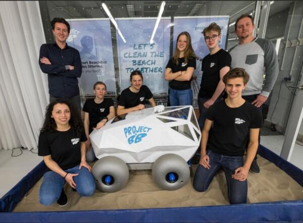 Strandrobot raapt peuken op in Scheveningen